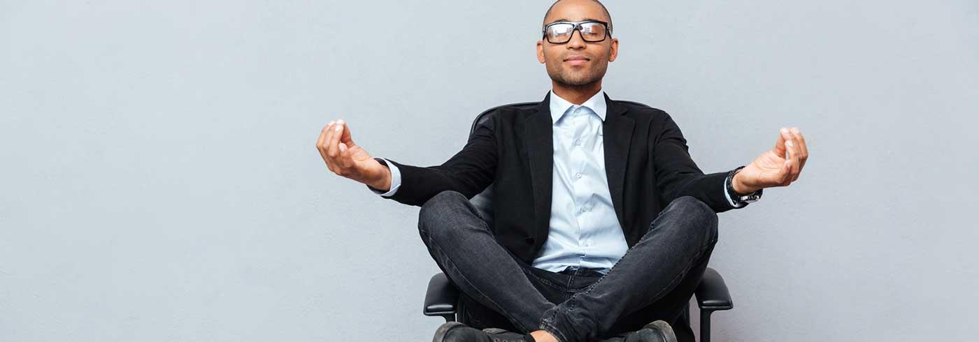 Mann beim Yoga auf einem Stuhl