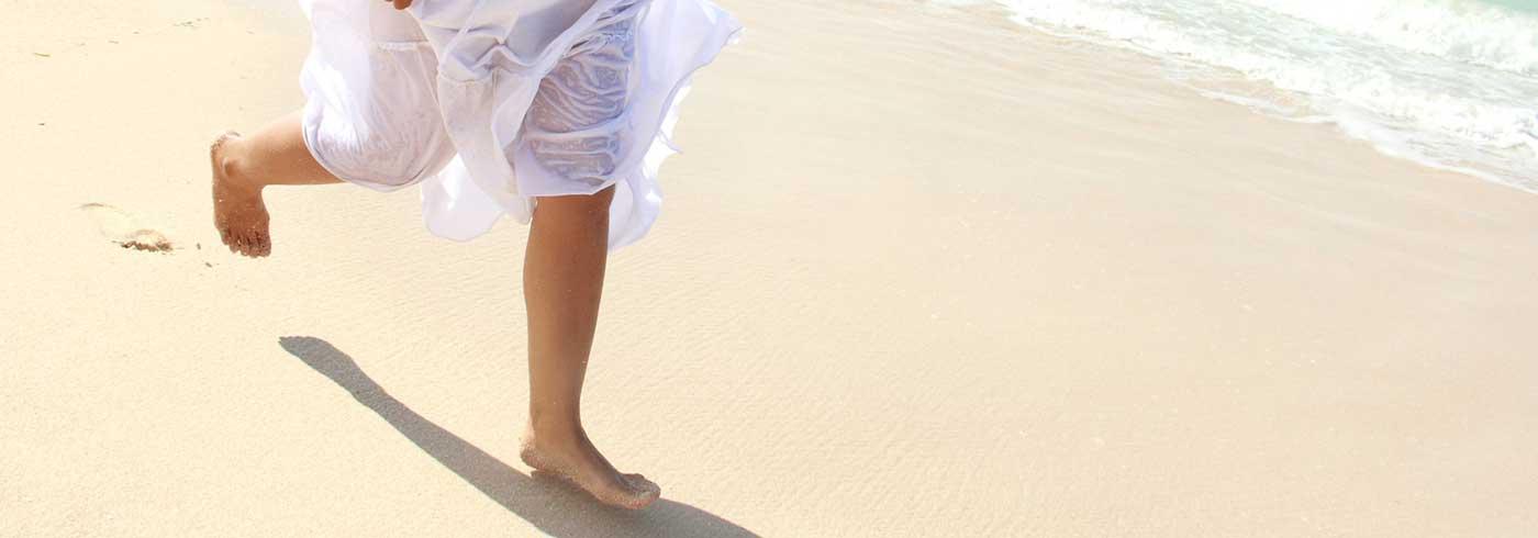 Über den Strand rennen