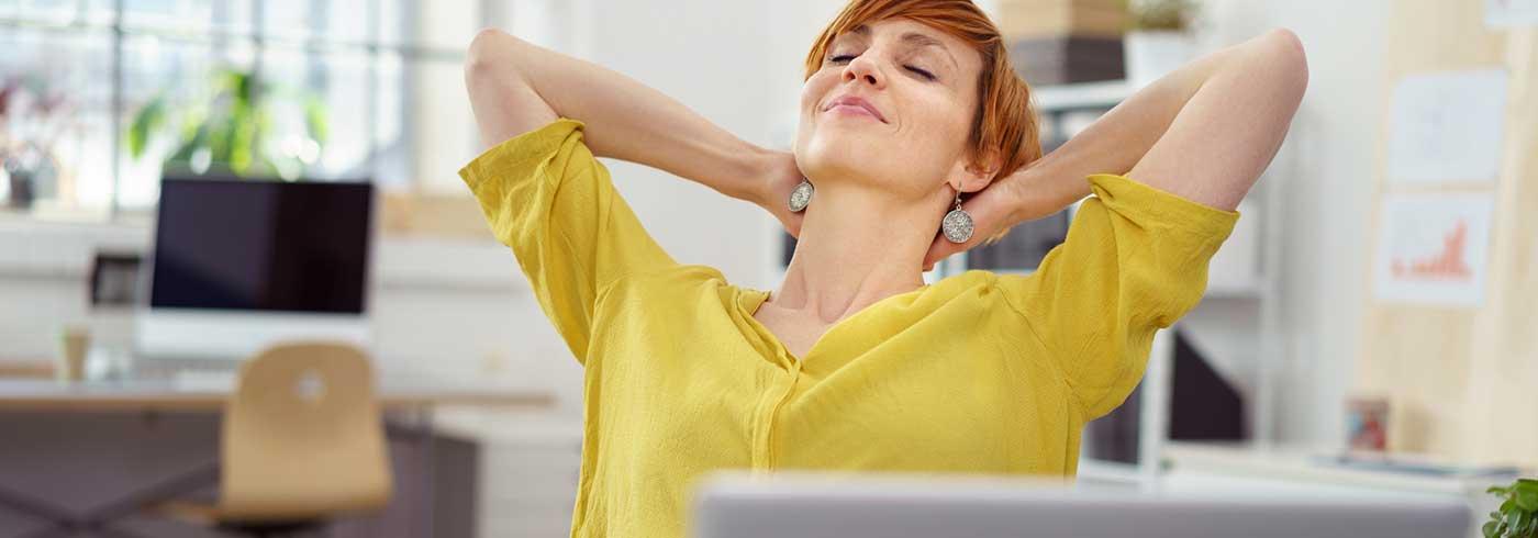 Mitarbeiterin löst ihren Stress am Arbeitsplatz