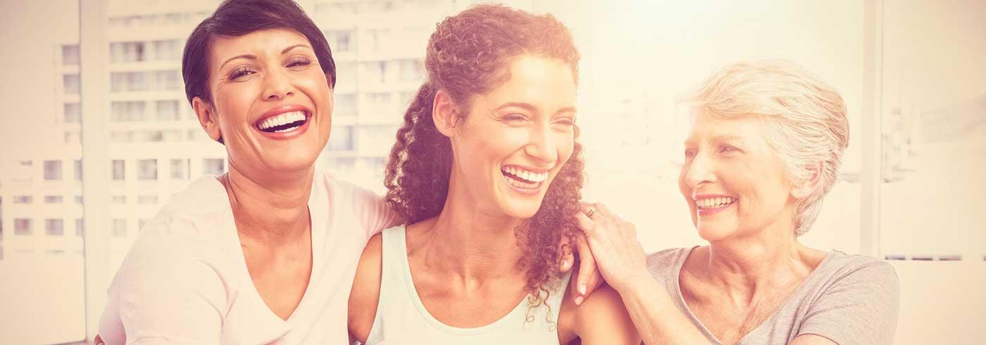 glückliche Frauen lachen miteinander