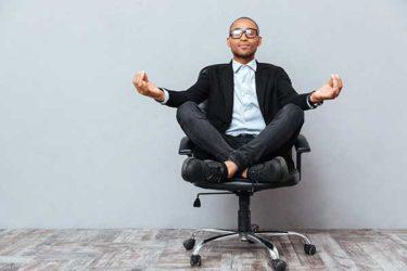 Mann im Bürostuhl beim Yoga