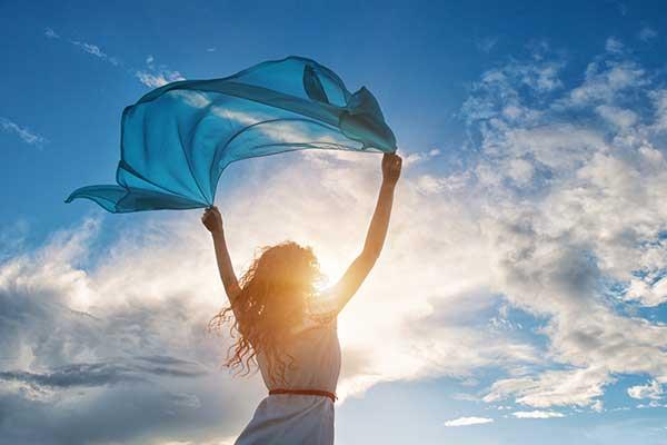 Frau geniesst den Wind