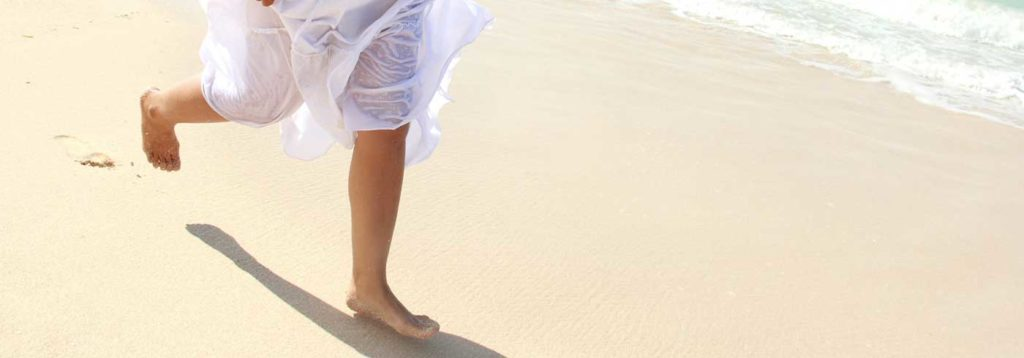 Über den Strand laufen
