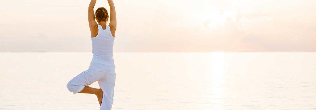 Frau macht ZENbo® Balance am Strand