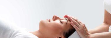 entspannte Frau während der energetischen Behandlung