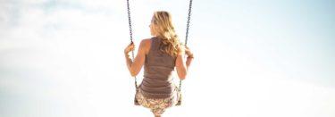 Frau auf einer Schaukel in der Luft