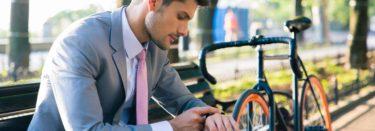 Mann schaut af seine Uhr während der Pause
